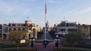 Bandeira dos EUA segue sendo hasteada todas as manhãs no Magic Kingdom